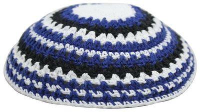 Gestrickte Kippa (blau-weiß-grau-gestreift)