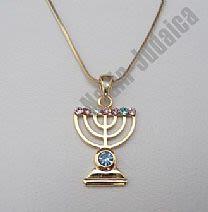Золотистая цепочка с кулоном в форме меноры с цветными камешками.