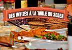 Des invités à la table du Seder