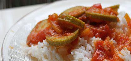 עונג שבת: תבשיל קישואים בעגבניות