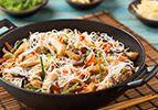 ירקות מוקפצים על אטריות אורז
