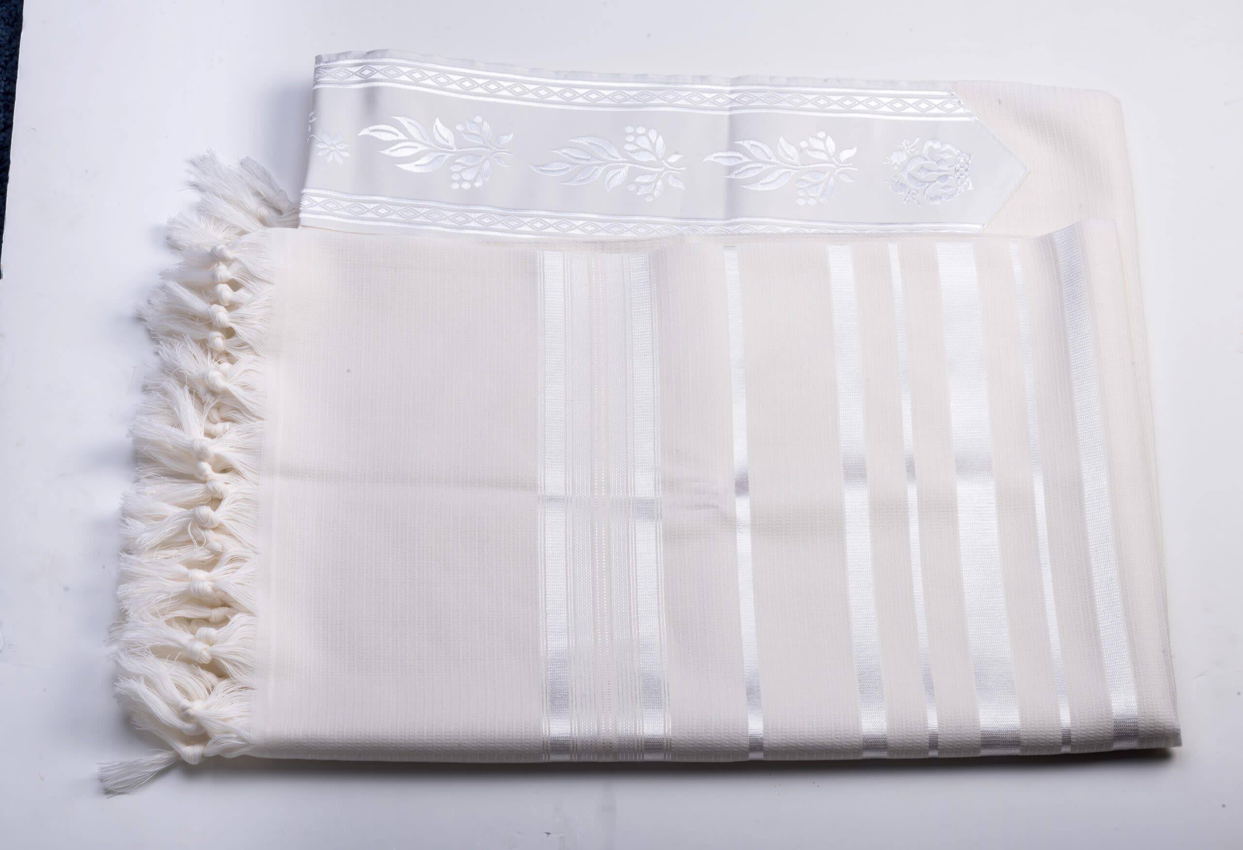 Large Tallit in White with Woven Look, Size 60