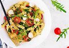 סלט פסטה בעגבניות ובייבי מוצרלה